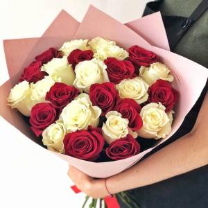 Букет 15 крупных роз микс белые и красные в крафте R1243