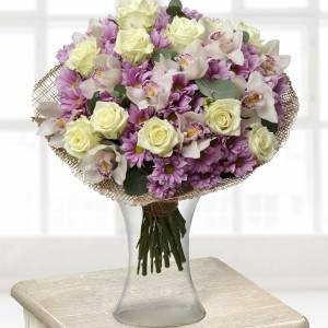 Сборный букет хризантемы и орхидеи R128
